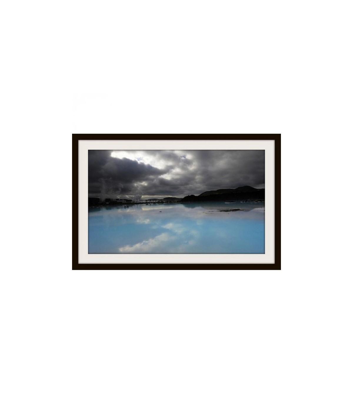 Couleur Avec Bleu Ciel photographie d'un lac bleu turquoise avec ciel gris, acheter