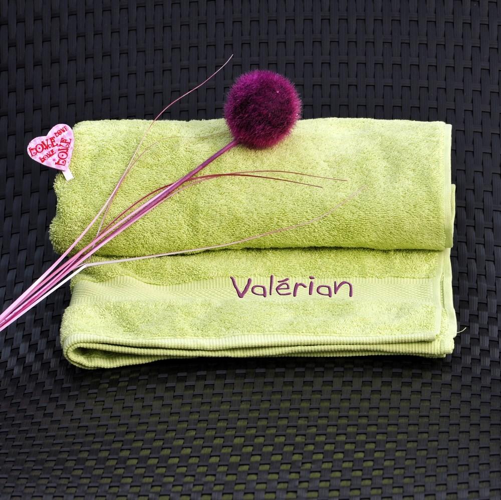 serviette brod e avec un pr nom couleur vert pomme cadeau brod. Black Bedroom Furniture Sets. Home Design Ideas